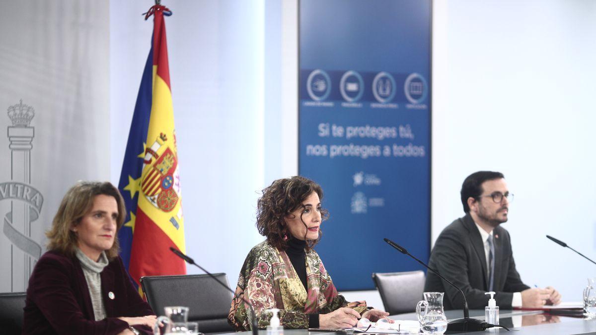 Teresa Ribera, María Jesús Montero y Alberto Garzón, tras un Consejo de Ministros.