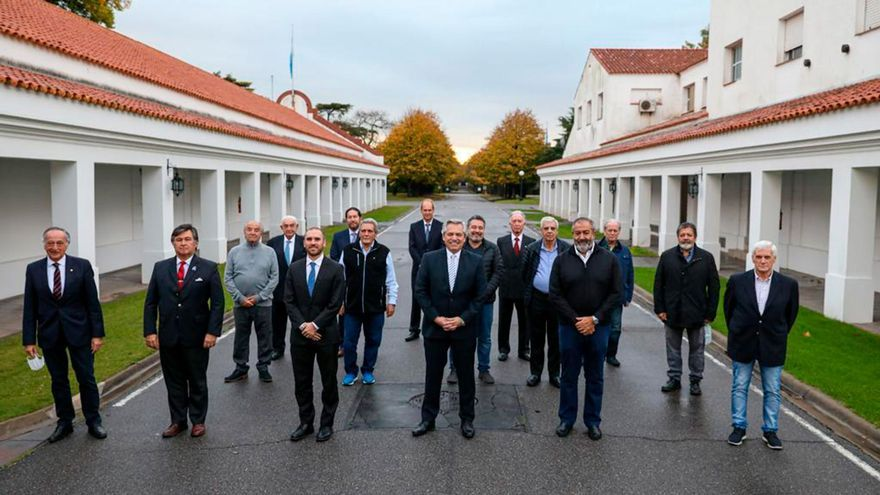 Alberto Fernández con gremialistas y empresarios en la foto que fue cuestionada por Vilma Ibarra.