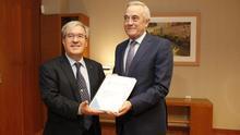 Ángel Dolado, Justicia, y Javier Sada, presidente de las Cortes, en la entrega del informe del Justicia, el pasado mes de febrero.