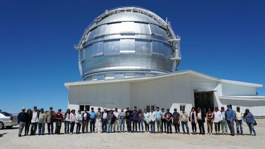 Asistentes al primer Festival Hispanoamericano de Escritores en La Palma frente al Gran Telescopio Canarias (GTC). Crédito: Iván Jiménez (IAC).