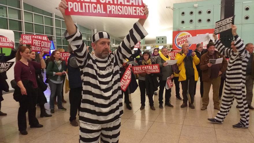 Unas 60 personas reclaman la libertad de los presos en el Aeropuerto de Barcelona