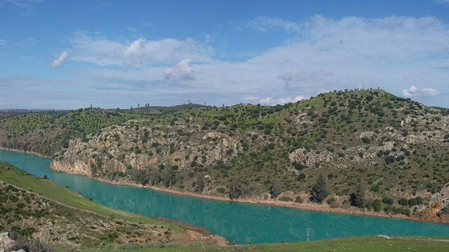 Río Agrio a la altura del municipio de Aznalcóllar. El color turquesa se debe a la contaminación residual que proviene de las escorrentías de las escombreras de las antiguas minas de pirita (a la derecha).