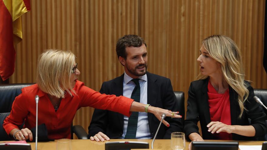 Rosa Díez, Pablo Casado y Cayetana Álvarez de Toledo en el acto del PP en Madrid.
