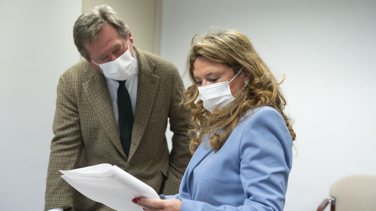 La consejera de Salud, Gotzone Sagardui, y el portavoz del Gobierno vasco, Bingen Zupiria