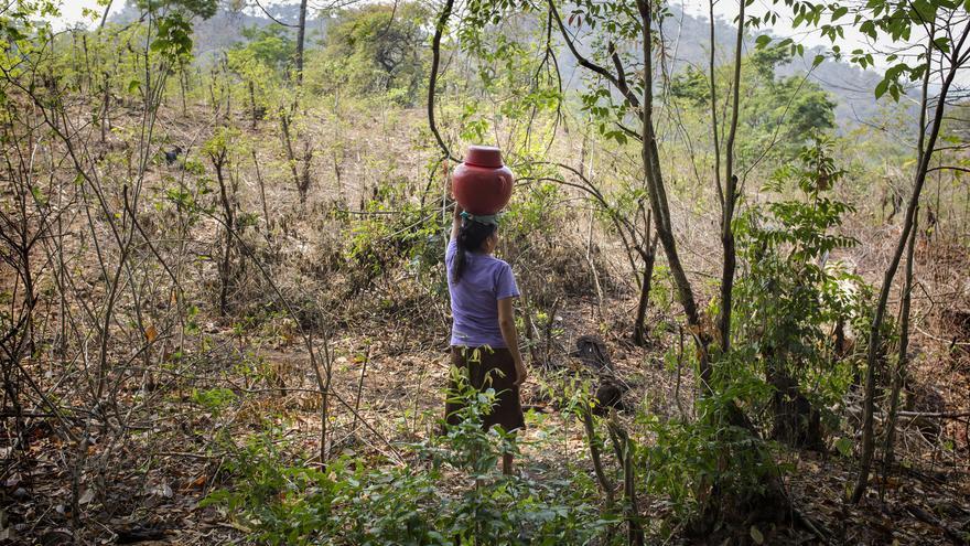 Vidalina es la presidenta de la organización ADES (Asociación de Desarrollo Económico y Social) de el departamento de Cabañas, una zona fuertemente afectada por la investigación minera. Vidalina madruga todos los días para ir a recoger agua a un pozo a centenares de metros de su hogar ya que en sus 47 años de vida nunca ha tenido acceso al agua en su casa.