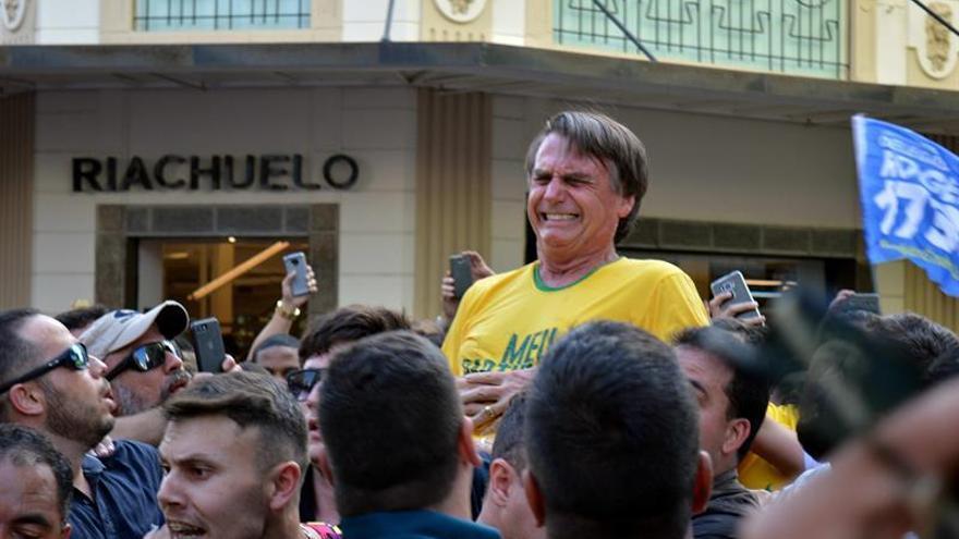 El candidato presidencial Bolsonaro tras ser acuchillado en un mitin en Brasil