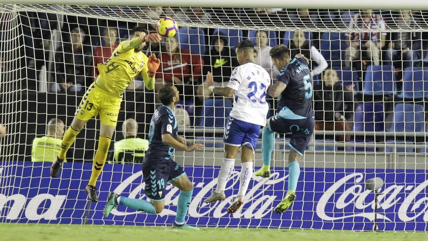 Nano Mesa intentando un remate a puerta en el choque de esta temporada ante el Albacete en el Heliodoro