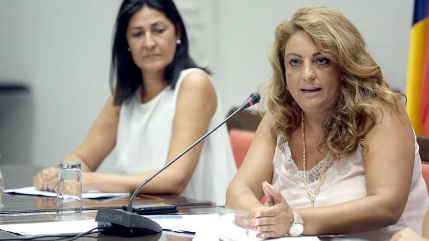 La consejera de Empleo, Políticas Sociales y Vivienda del Gobierno de Canarias, Cristina Valido (d). EFE/Cristóbal García