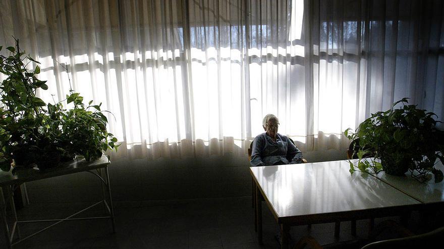Una anciana espera en una residencia./CARMEN SECANELLA