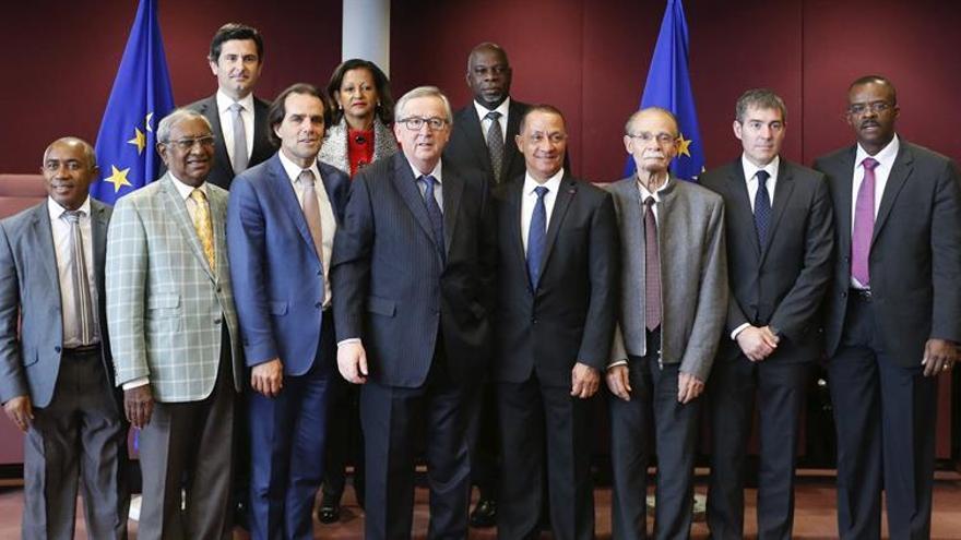 El presidente de la Comisión Europea, Jean-Claude Juncker (4º izq), posa para una foto de familia con los presidentes de las regiones de ultramar de la Unión Europea, incluido el presidente de Canarias, Fernando Clavijo (2º dcha), durante una reunión en la sede de la Comisión Europea en Bruselas (Bélgica).