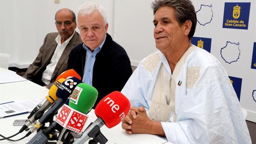 El consejero de Solidaridad Internacional del Cabildo de Gran Canaria, Carmelo Ramírez (c), y el ministro saharaui de las Zonas Ocupadas del Sáhara Occidental, Bachir Mustafá Sayed (d)