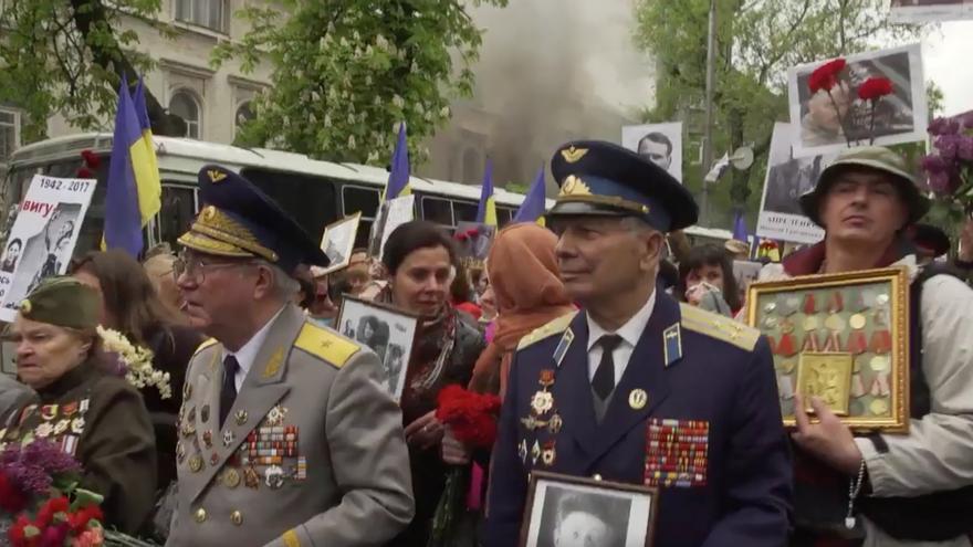 Asistentes a la celebración en Kiev del Día de la Victoria sobre la Alemania nazi.