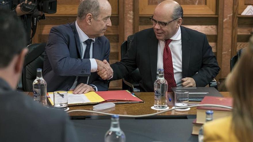 Pedro Ortega y José Miguel Barragán, en la reunión del Consejo de Gobierno. (EFE)