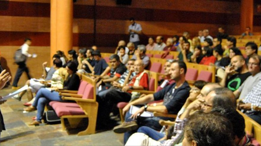 Manuel Nogueras, de Podemos Mérida, interviene en una asamblea ciudadana