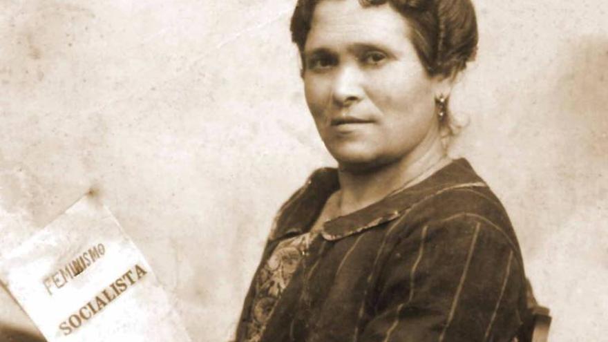 Retrato de María Cambrils con su obra 'Feminismo socialista', publicado en 1925.