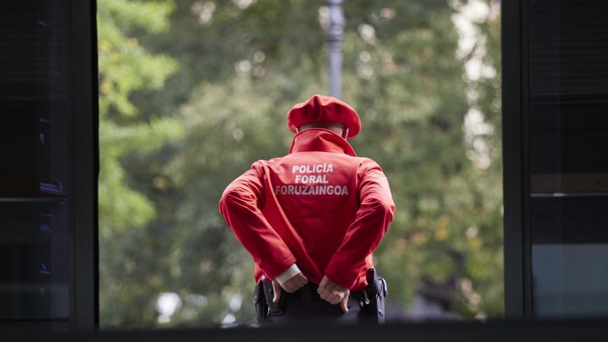 Archivo - Agente de la Policía Foral.
