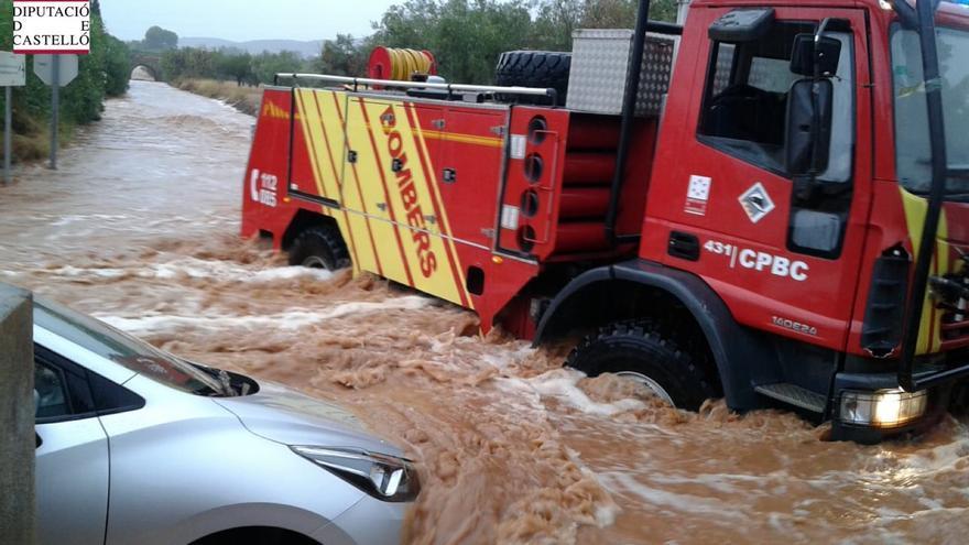 Un vehículo atrapado en un torrente de agua en Castellón