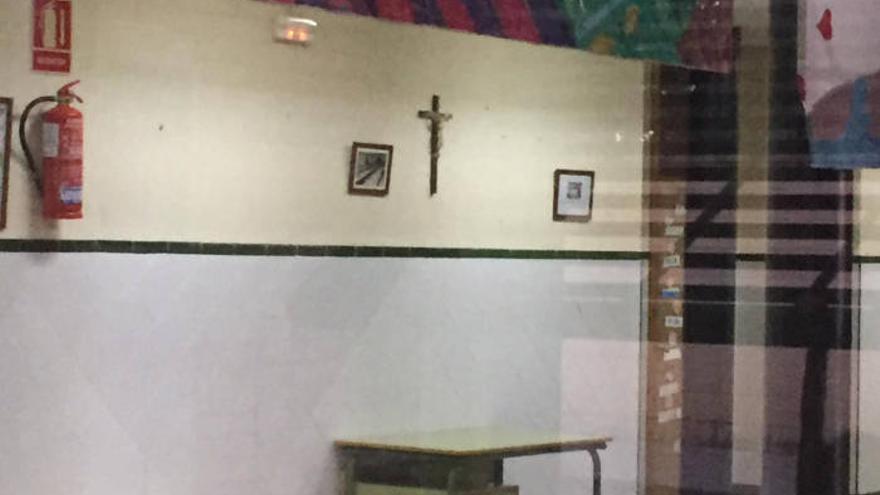 Un crucifijo en el Colegio Público Nuestra Señora de la Soledad de Cantillana (Sevilla)