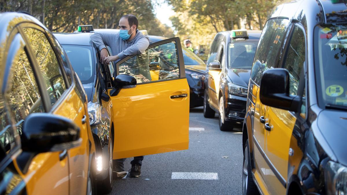 Taxistas de Barcelona realizan una marcha lenta por el centro de la ciudad en 2018