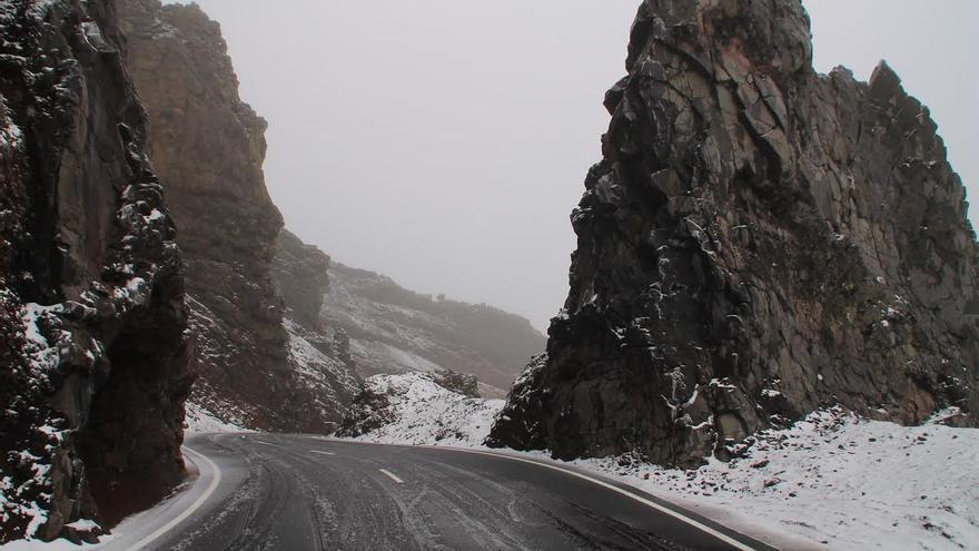 En la imagen, este jueves, el tramo de Los Andenes de la carretera de acceso a El Roque cubierto de nieve. Foto: FERNANDO RODRÍGUEZ (palmerosenelmundo.com)