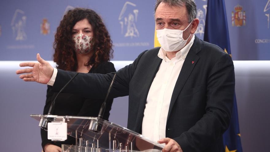 Archivo - Los diputados de Unidas Podemos Sofía Castañón y Enrique Santiago intervienen en una rueda de prensa convocada ante los medios para explicar el plan de trabajo de la formación política para la comisión de investigación de 'Kitchen'.