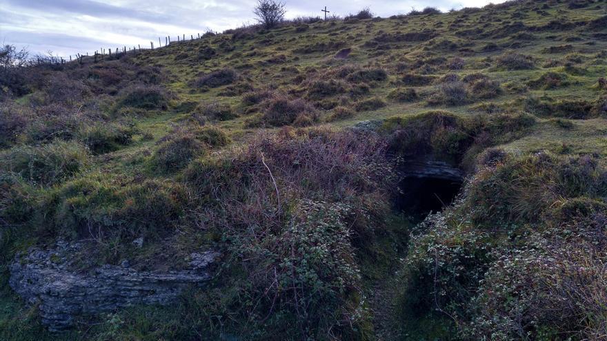 Un túnel bajo la cruz. El propio monte servía de refugio a los republicanos