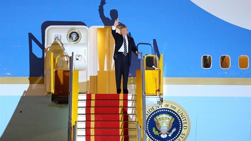 """Trump elogia el """"milagro"""" vietnamita al comienzo de una visita de Estado"""