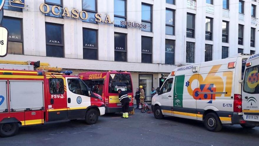 Nueve heridos al empotrarse un microbús en Sevilla contra una tienda de ropa