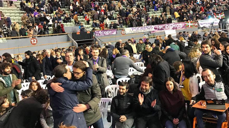 Pablo Iglesias e Íñigo Errejón se saludan con un abrazo tras el discurso de Pablo