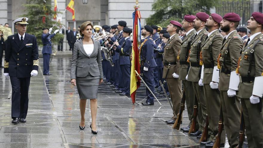 María Dolores de Cospedal pasa revista a las tropas como ministra de Defensa. /