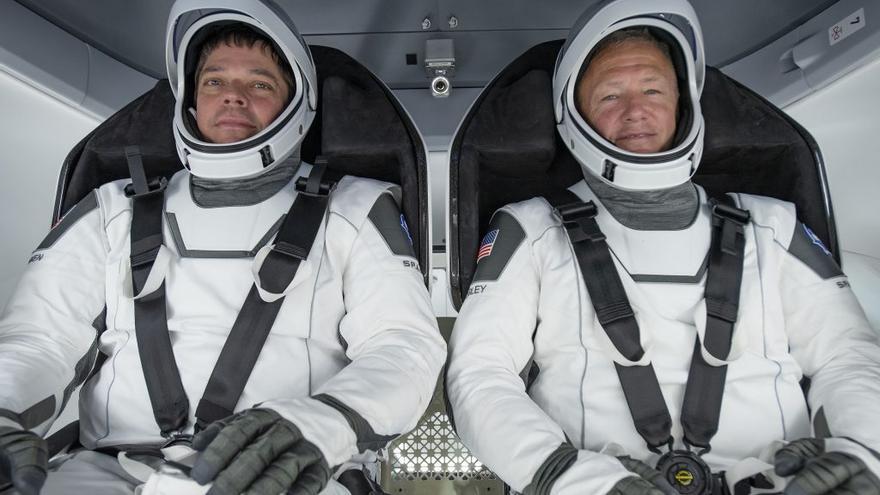 Bob Behnken y Doug Hurley a bordo de la nave espacial SpaceX Crew Dragon.