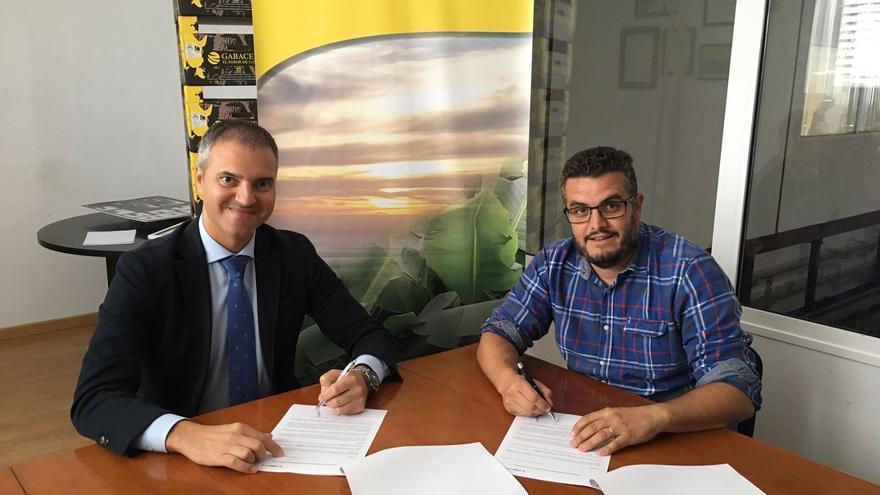 Un momento de la firma del convenio entre Cajasiete y Europlátano.