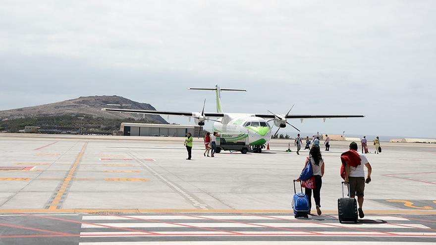 Pasajeros en la pista de vuelo del aeropuerto de Gran Canaria.