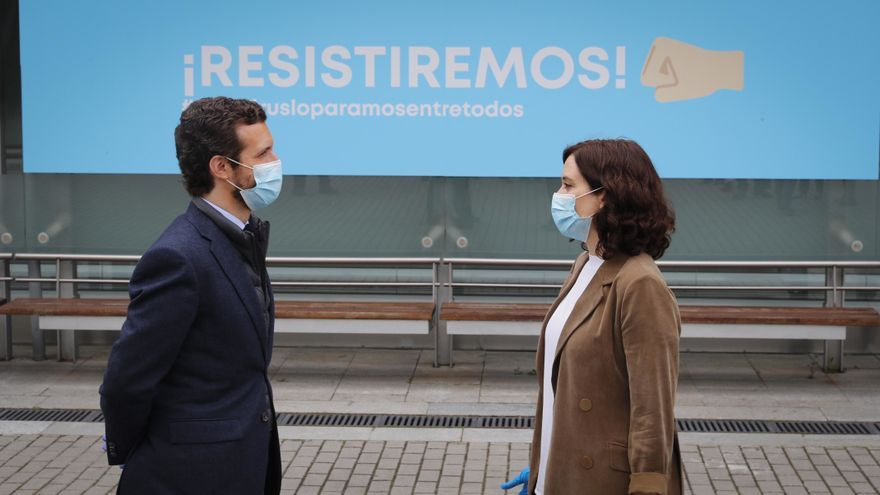 El líder del PP, Pablo Casado, junto a la presidenta de la Comunidad de Madrid, Isabel Díaz Ayuso, durante una visita al hospital de campaña de Ifema para hablar con personal sanitario que se enfrenta al Covid-19. En Madrid, a 16 de abril de 2020.