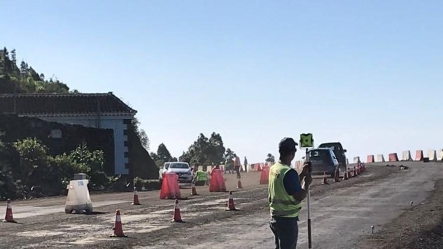 Obras de acondicionamiento del tramo de siete kilómetros de la carretera LP-2 que discurre entre San Simón y Tajuya.