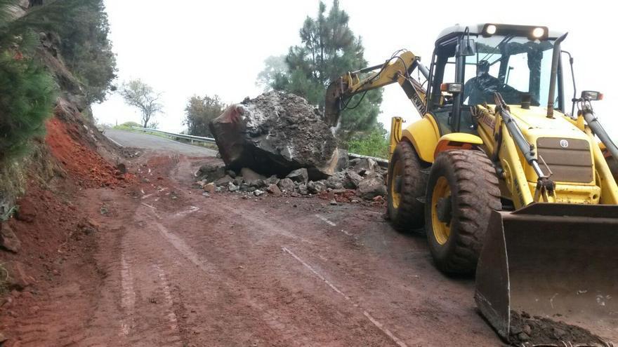 En la imagen, una pala mecánica retirando las rocas del derrumbe. Foto: Cabildo de La Palma.