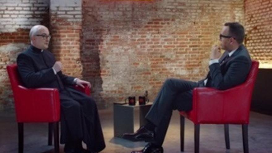El padre Fortea se siente 'ofendido' por su 'agresiva' entrevista con Risto