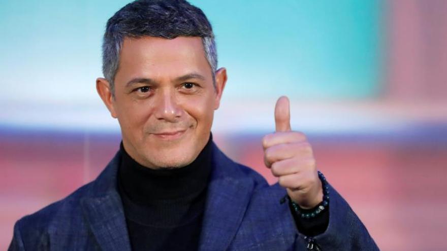 """Alejandro Sanz y Fonseca interpretan una canción en la serie """"El general Naranjo"""""""