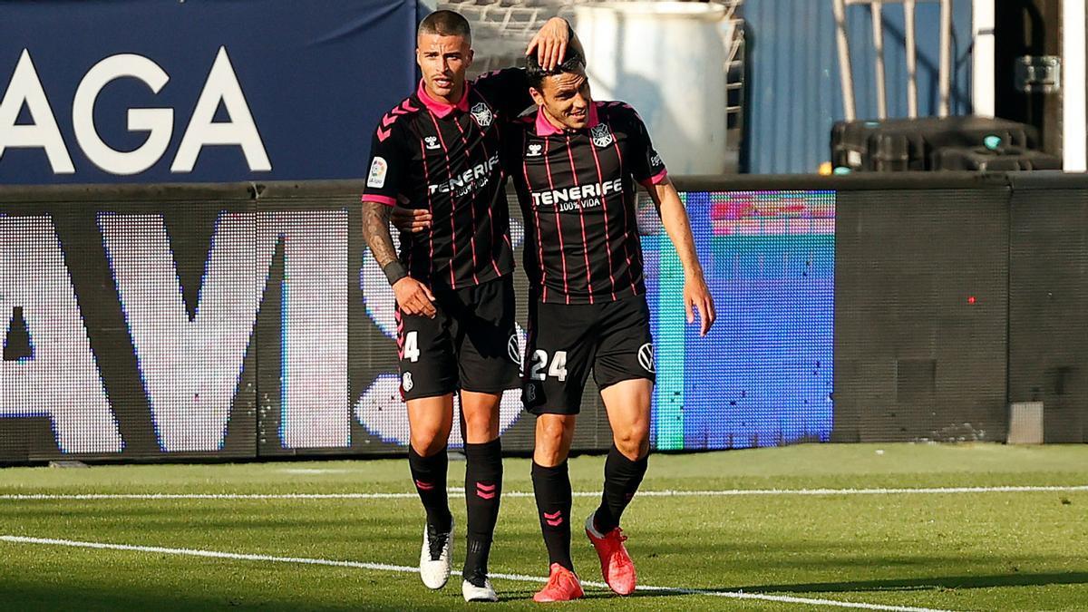 Bruno Wilson y Folch celebran el gol del Tenerife