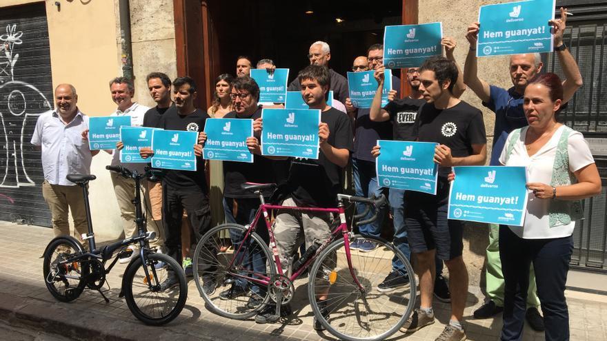 Riders de Deliveroo celebran la sentencia esta mañana en la sede de Intersindical
