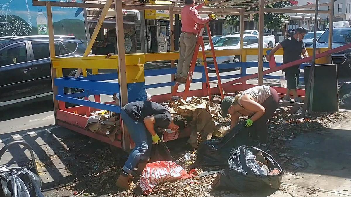 Vecinos de Bushwick limpiando la avenida Knickerbocker después de las inundaciones.