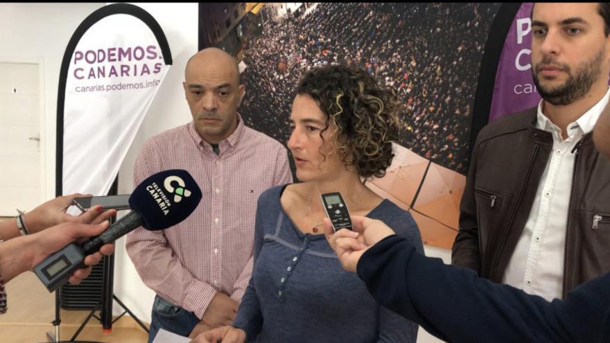 La ingeniera química Begoña Moreno explica a los medios el sistema de depuración propuesto por Podemos Gran Canaria.