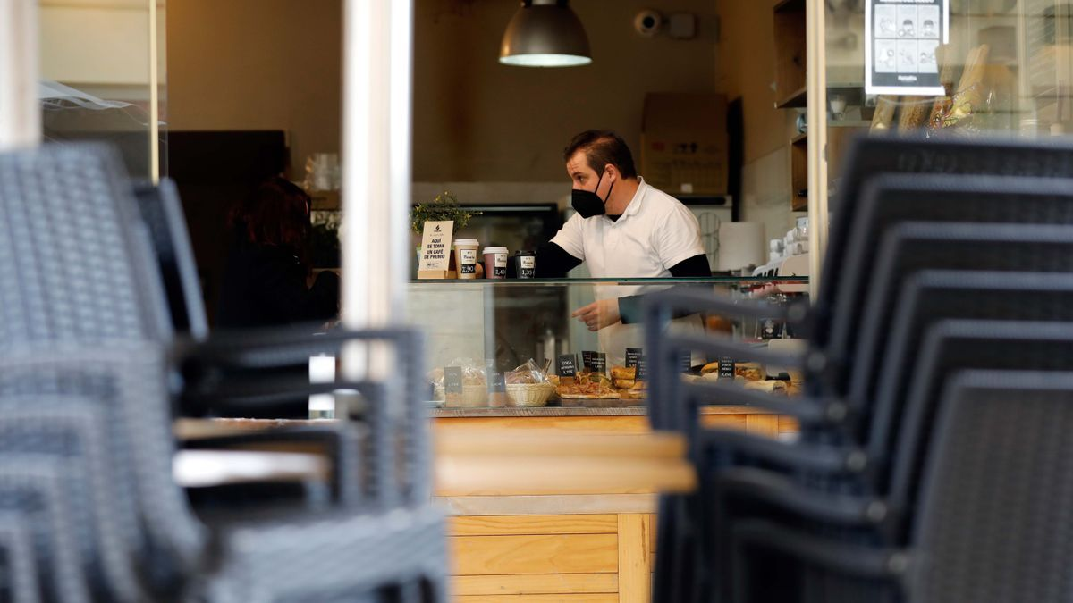 Un camarero prepara cafés para llevar