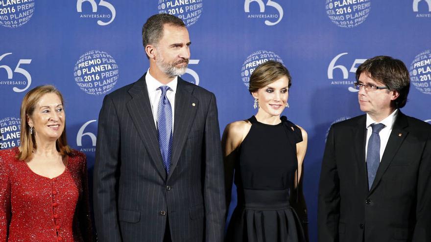 Ana Pastor, los reyes y Puigdemont, el año pasado en los Premios Planeta/ EFE