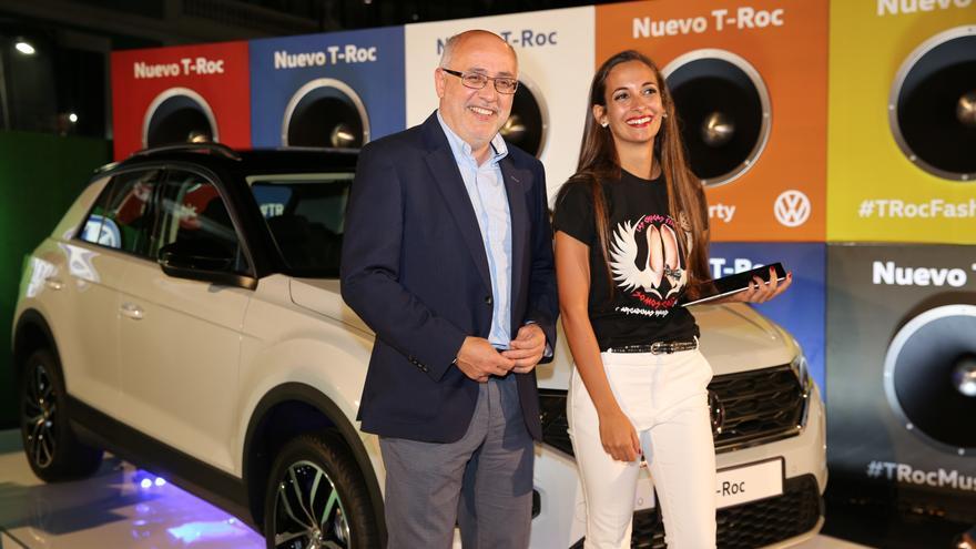 El presidente del Cabildo de Gran Canaria, Antonio Morales en un expositor de Moda y Amigos