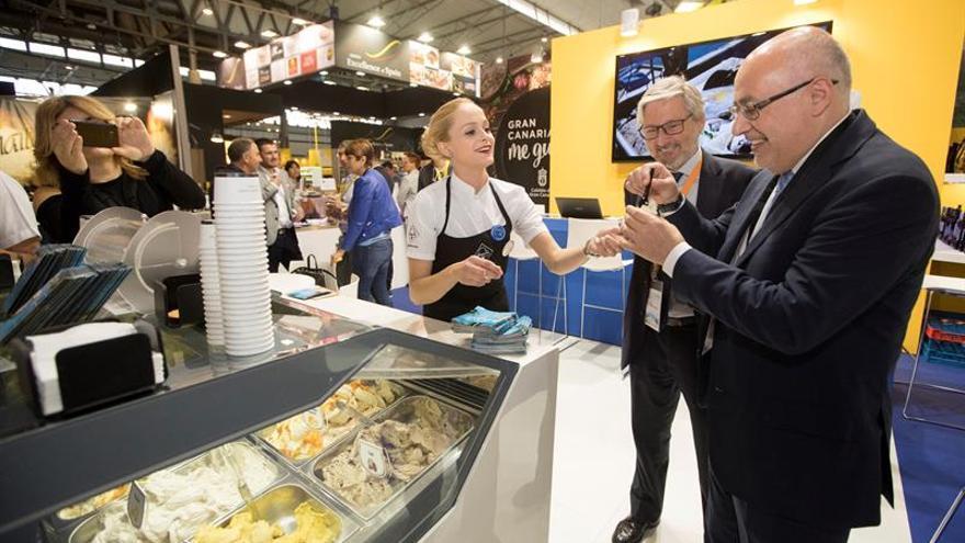 El presidente del Cabildo de Gran Canaria, Antonio Morales (d) en su visita a Alimentaria.