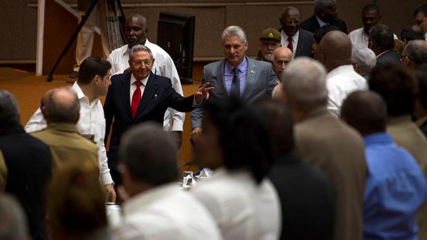 Miguel Díaz-Canel, junto a Raúl Castro, tras ser elegido presidente de Cuba por la Asamblea Nacional