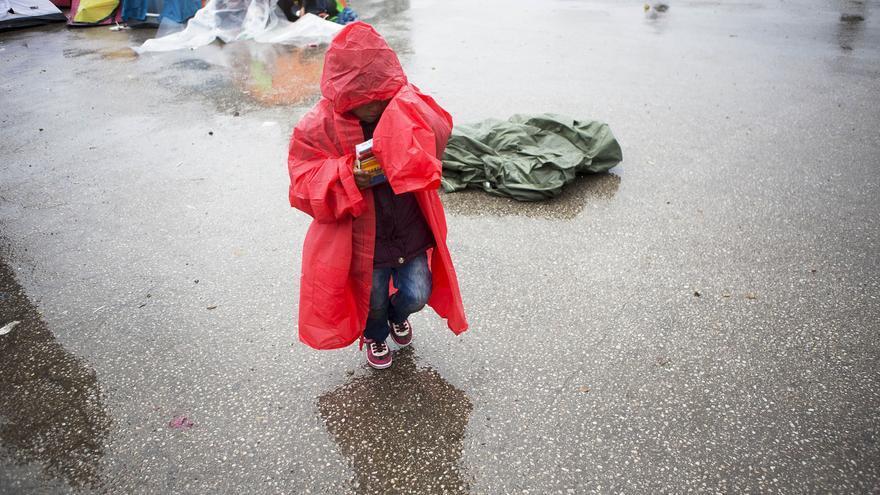 Un niño refugiado camina bajo la lluvia en un campo improvisado en Croacia
