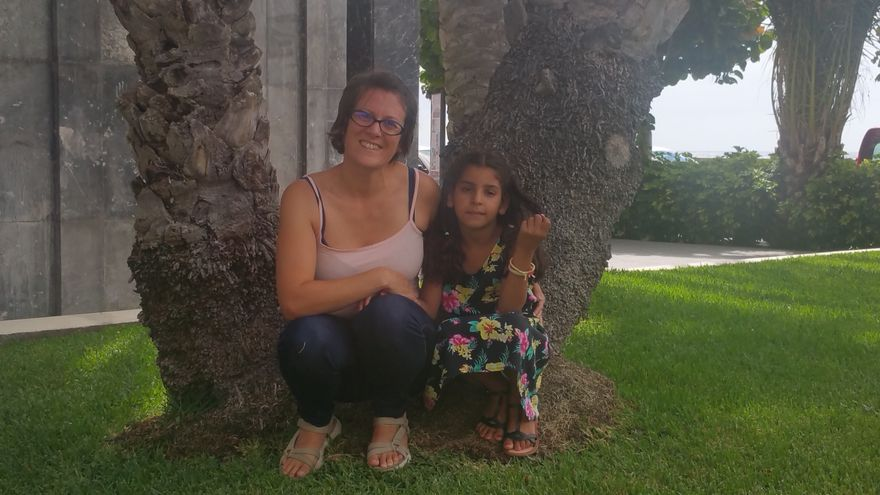 Lucía junto a la pequeña saharaui Mashfuda. Foto: LUZ RODRÍGUEZ.