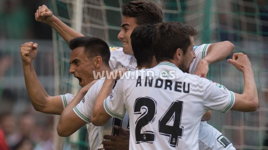 Los jugadores del Racing celebran el gol convertido desde el punto de penalti.